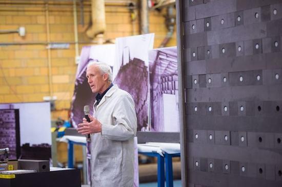 图 |站在石墨指数堆前的科尔德·斯密斯和迈卡·盖尔。石墨堆将作为学生的教学与研究工具