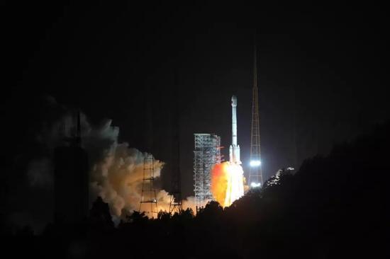 2017年11月5日19点45分,在我国西昌卫星发射中心,北斗三号首发双星在长征三号乙远征一号运载火箭的托举下顺利升空。王玉磊 摄