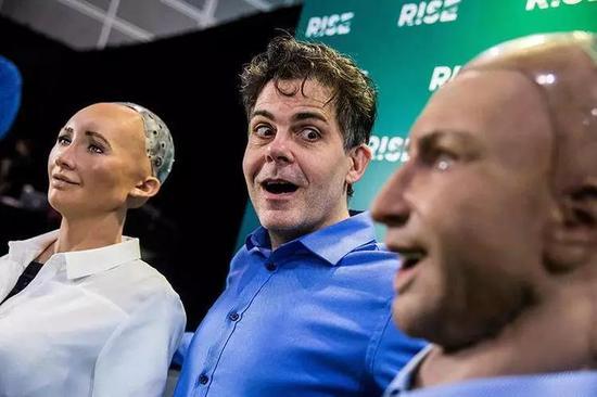 戴维-汉森在 2017RISE 科技大会上展示他的表情机器人