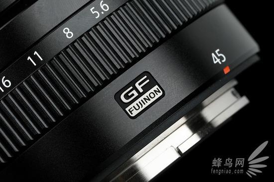 """富士GF 45mm F2.8 R WR的""""GF""""镜头标识"""