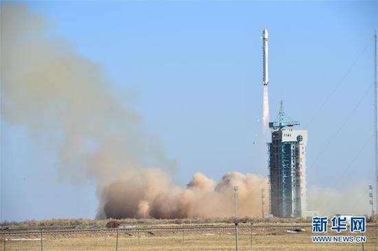 2018年1月13日15时10分,我国在酒泉卫星发射中心用长征二号丁运载火箭,成功将陆地勘查卫星三号发射升空,卫星进入预定轨道。新华社发(汪江波 摄)