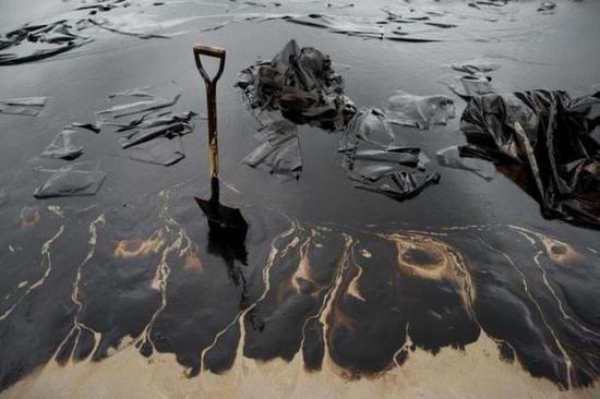 载油量100万桶的油船东海爆燃沉没:溢油事故危害