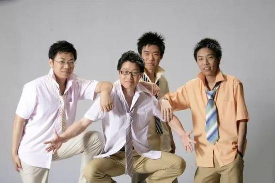 图:四人当年的合照,右一为茅侃侃