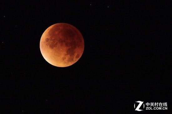蓝月指的是天文中同一月份的第二个满月,视觉上月亮依然是红月亮