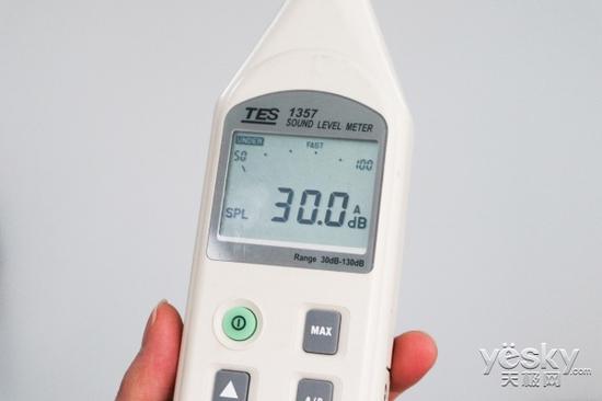 测试前,我们先测试一下身处的环境噪音,得到数据为30dB。