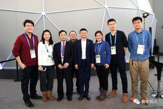 采访结束后,马云与新华社记者合影留念。