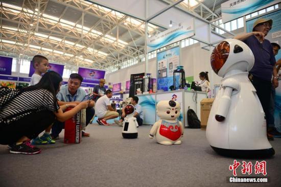 资料图:观众在参观智能家居机器人。佟郁 摄