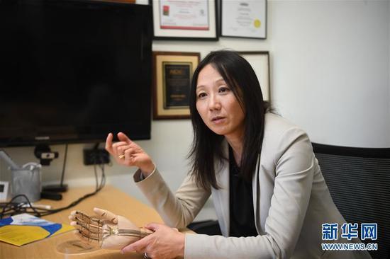 1月31日,在位于美国加利福尼亚州帕洛阿尔托的斯坦福大学,鲍哲南教授接受记者采访。