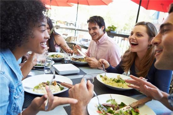 吃点心时和朋友一起闲聊?这可能会导致饭后放屁。