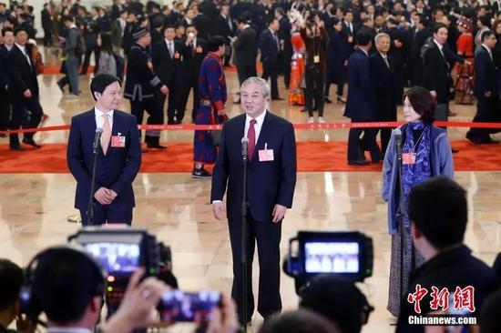 董明珠、雷军在参加集中采访活动 记者 韩海丹 摄