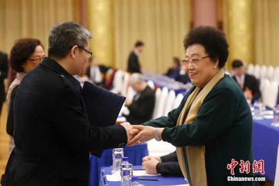 资料图:陈丽华(右)。中新社记者 杜洋 摄