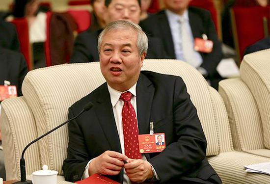 吴光辉代表在回答记者提问。澎湃新闻记者 赵昀 图