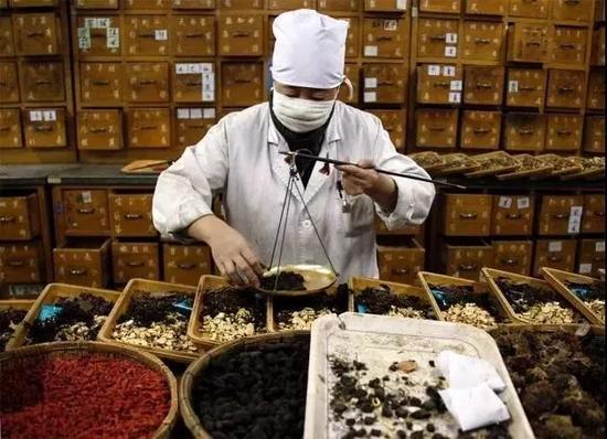 中国政府正在推广传统中药,以作为昂贵的西药的替代品。图片来源:David Gray/REUTERS