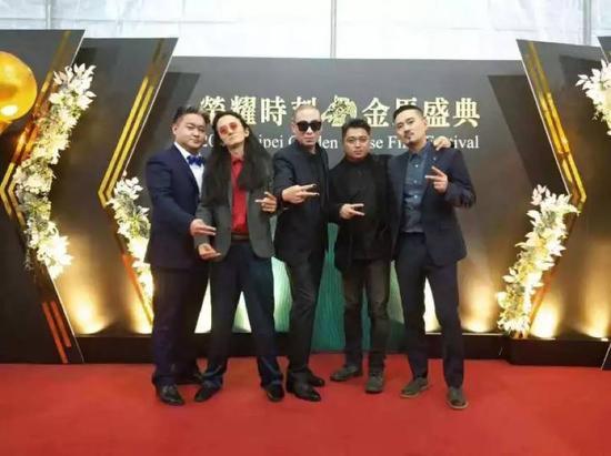 (从左往右依次:贝斯手李自强、吉他手姚澜、主唱梁龙、民乐吴泽琨、鼓手孙权)