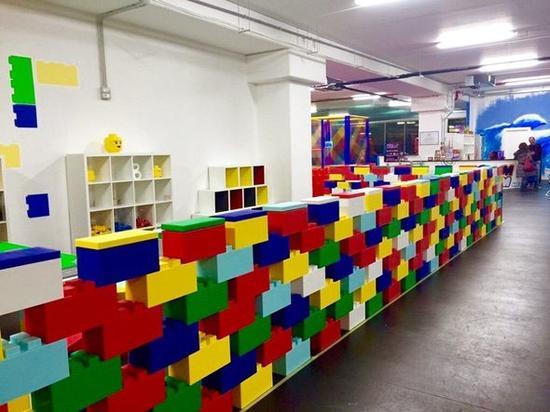 """正文    这些巨大的""""乐高风格""""积木是完美的建筑材料,可以用它来搭建"""