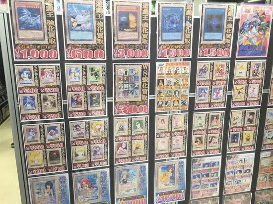 在秋叶原,卡片店随处可见,各种二手交易往来不断。如果是特定节日发售的限量卡,更是抢手货
