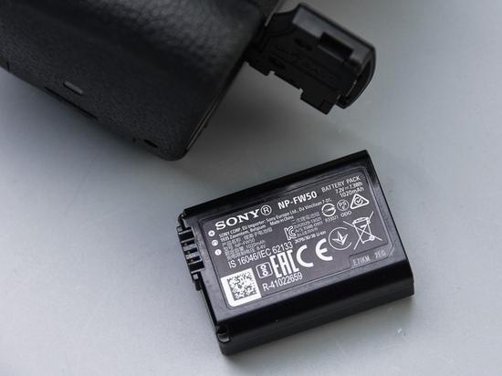 使用锂电池NP-FW50,续航约420张