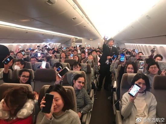 国内飞机玩手机解禁 以后可以撩空姐斗地主了?