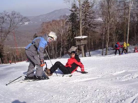 图:企业家在亚布力滑雪,红色衣服为王巍