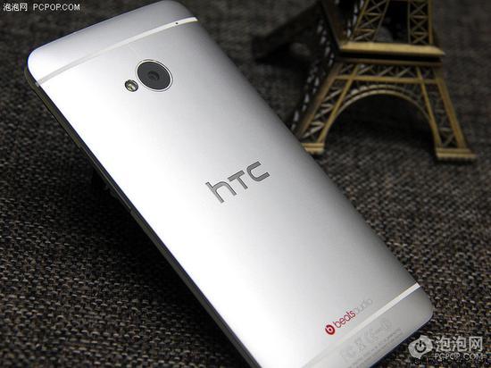 HTC One的塑料条带和机身颜色相近,并且更窄、更少