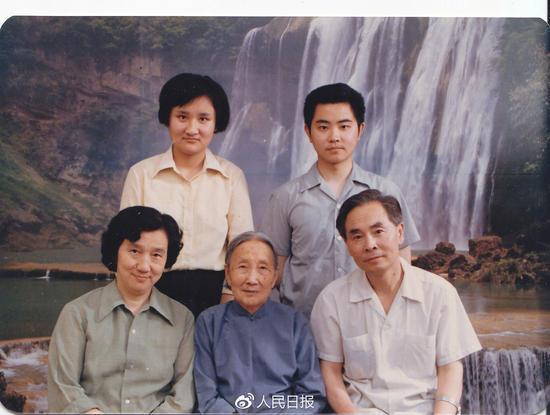 侯云德院士(右一)全家福
