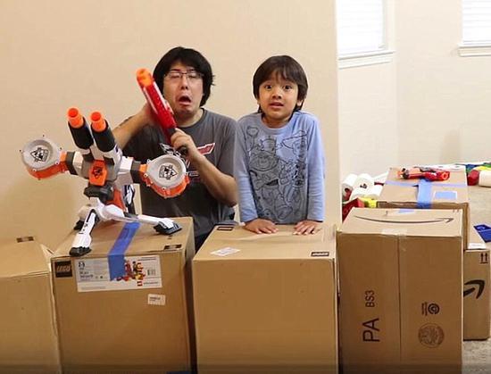 男孩直播玩玩具年入千万美元 妈妈放弃工作陪玩