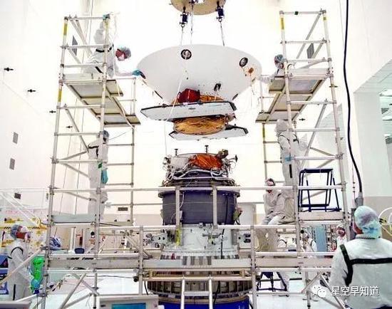 """正在安装在火箭顶部的""""火星极地着陆者""""来源:NASA"""