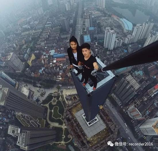 与重庆爬楼党之一的童虎在一起挑战高空极限。