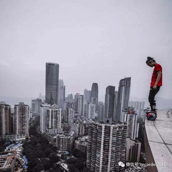 吴永宁在高楼边沿处用平衡车做为危险动作。这也是他的微信头像。
