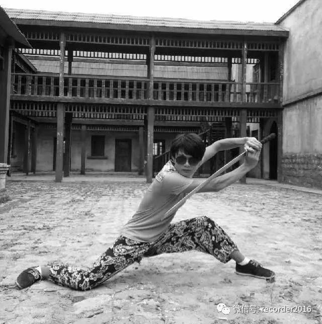 摆着pose耍酷的武行吴永宁。这时他还没开始爬楼。