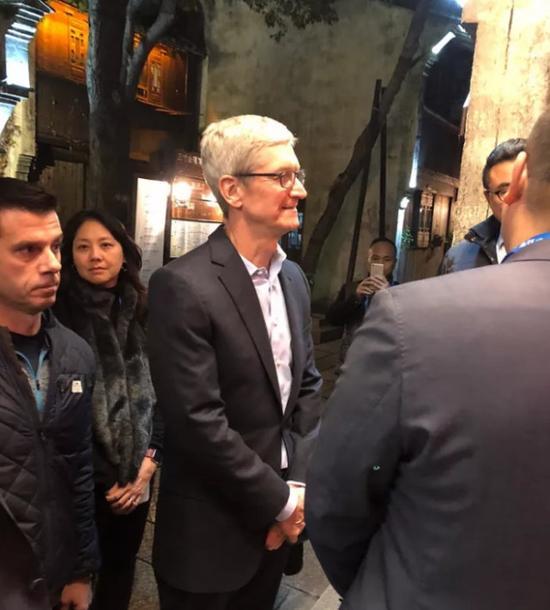 12月2日,记者在乌镇西栅景区偶遇蒂姆·库克。摄影/新京报记者张皓月
