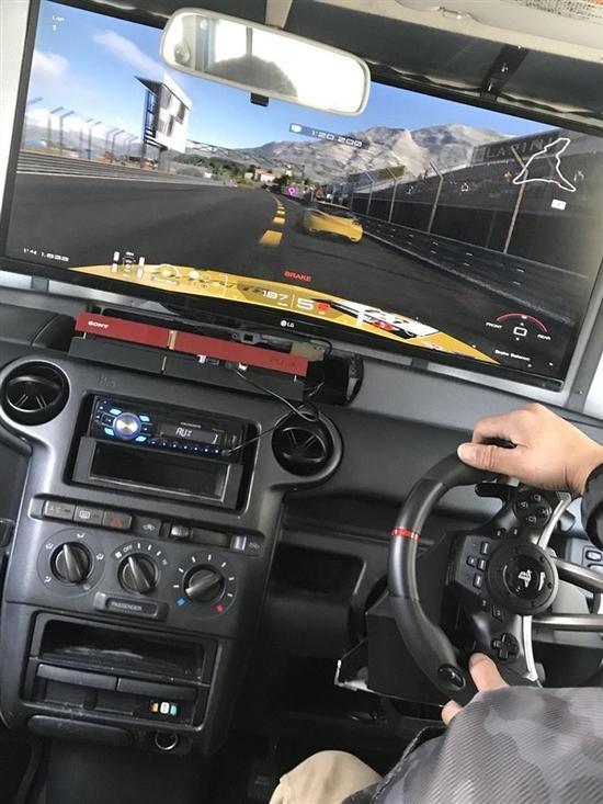 玩真的!日本玩家私家车爆改成游戏机