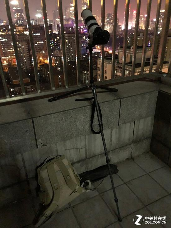 月食拍摄因为使用了长焦镜头,对三脚架的稳定性要求也更高