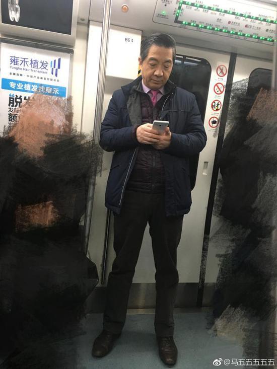 网友地铁上偶遇张召忠 局座手里的小米MIX 2亮了