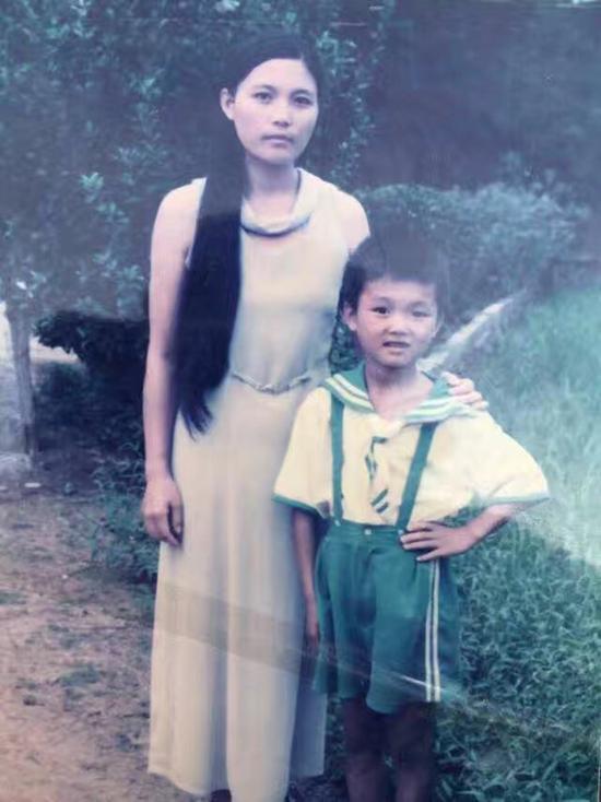 吴永宁儿时与妈妈的合影。 来源:吴永宁QQ空间