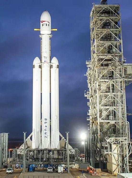 矗立在发射架上的猎鹰重型火箭