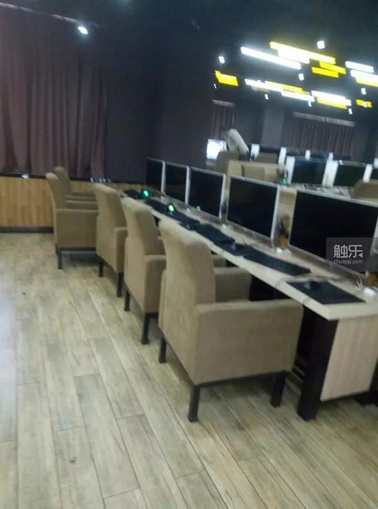 蓝翔电竞教室,在这排电脑之后可以看到后面的电脑都是使用的曲面屏