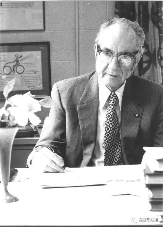 """美國天文學家惠普爾(Fred L Whipple,1906 – 2004), 他提出了著名的彗星""""臟雪球模型""""   來源:google"""