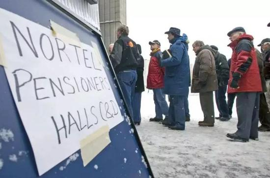 排队领取养老金和补偿金的北电员工,2009年