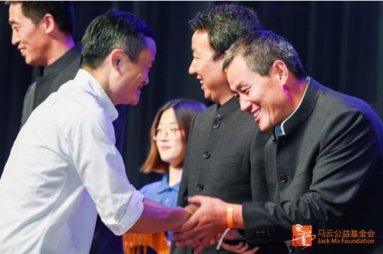 典礼现场,马云为结业乡村教师颁奖并一一握手