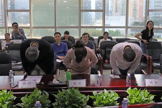 携程CEO及华南区总经理、深圳总经理一行三人鞠躬道歉。