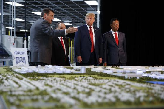 2018年6月28日,美国总统特朗普与富士康董事长郭台铭参观富士康项目(图源:东方IC)