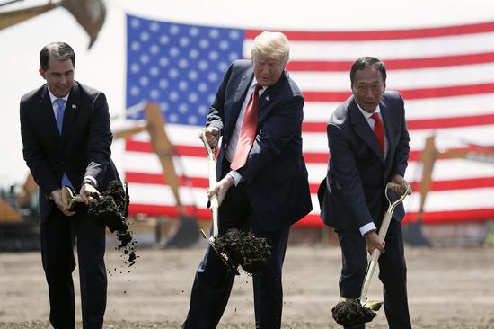 2018年6月,时任州长的沃克、特朗普、郭台铭进行工厂奠基仪式(图源:东方IC)