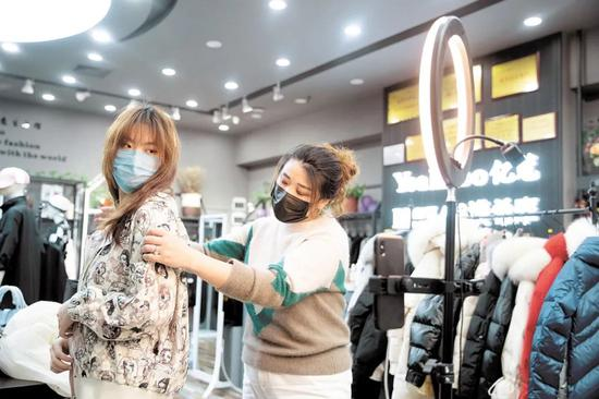 服装店直播资料图 /图源:互联网