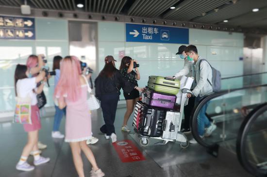 机场T3航站楼扶梯处,多人在拍刚抵达的明星。新京报记者 吴采倩 摄