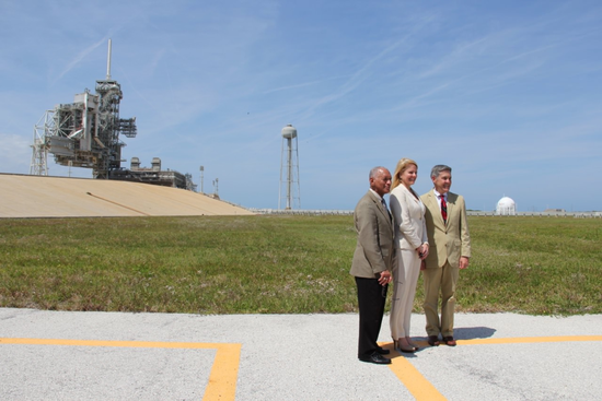 NASA局长查理·博尔登(Charlie Bolden,左)、SpaceX公司总裁兼首席运营官格温·肖特韦尔(Gwynne Shotwell,中)和肯尼迪航天中心主管鲍勃·卡瓦纳(Bob Cabana)
