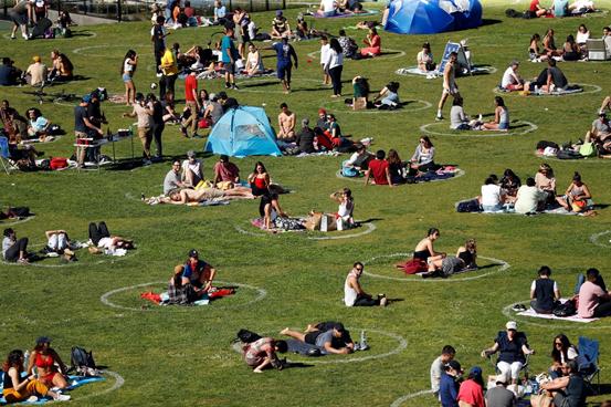 图:公园里呆在社交隔离圈内的人们
