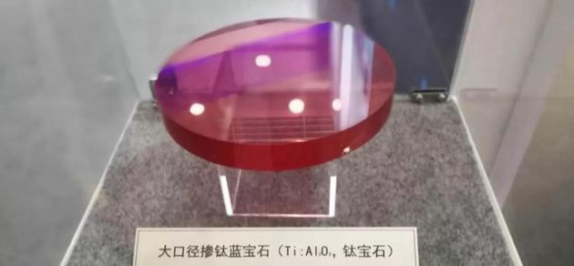 图1 科技周上展出的钛宝石(摄影:徐雁龙)