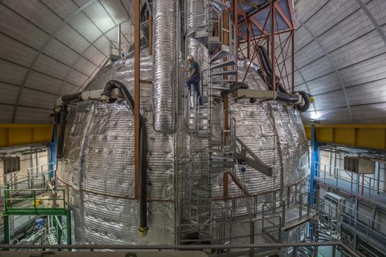 Borexino中微子探测器,在外侧包裹隔热材料来精细控制探测器温度。