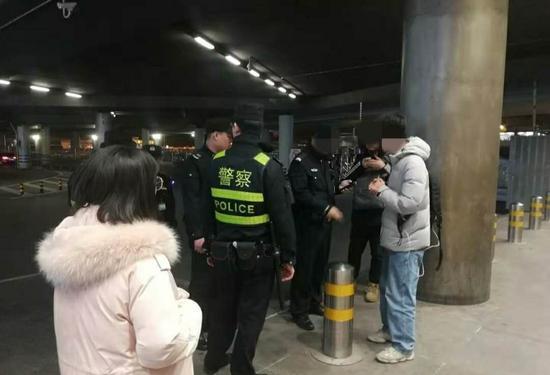 机场VIP停车场门口,有直播人员被到场的民警制止。新京报记者 吴采倩摄